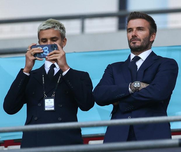 David Beckham càn quét từ Wimbledon đến Euro: Lên đồ biến sự kiện thành sàn diễn, visual đỉnh cao đè bẹp Tom Cruise - Ed Sheeran - Ảnh 9.