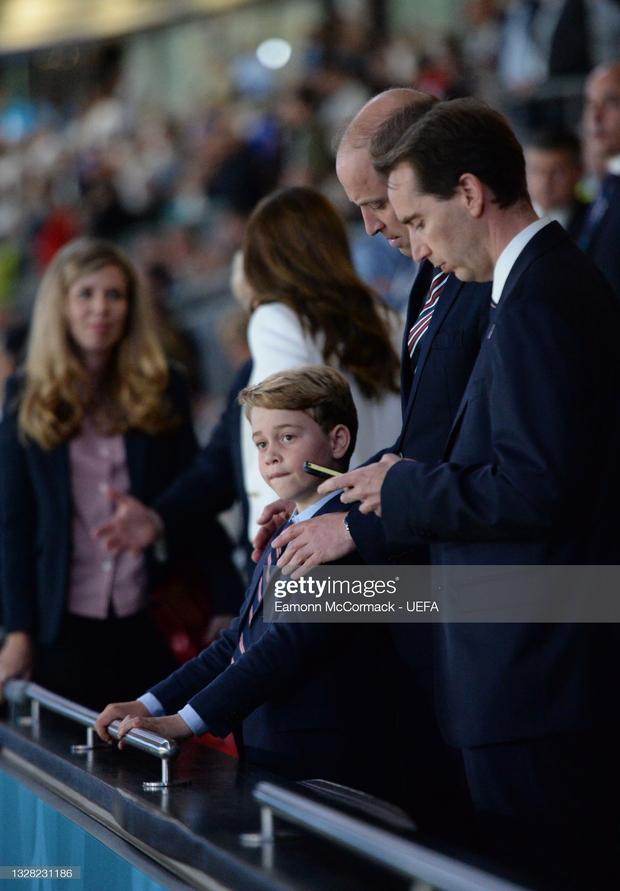 Biểu cảm đóng băng của Hoàng tử George khi Anh bại trận ở Chung kết Euro gây sốt MXH: Buồn thôi có cần đáng yêu vậy không? - Ảnh 4.
