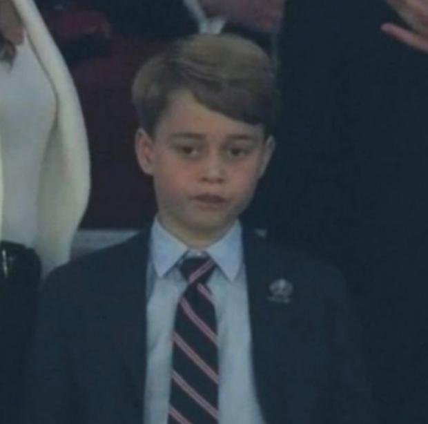 Khoảnh khắc thẫn thờ của Hoàng tử bé George khi nhìn tuyển Anh thua cuộc gây bão, William có ngay hành động nhỏ mà lịm tim với con trai - Ảnh 3.