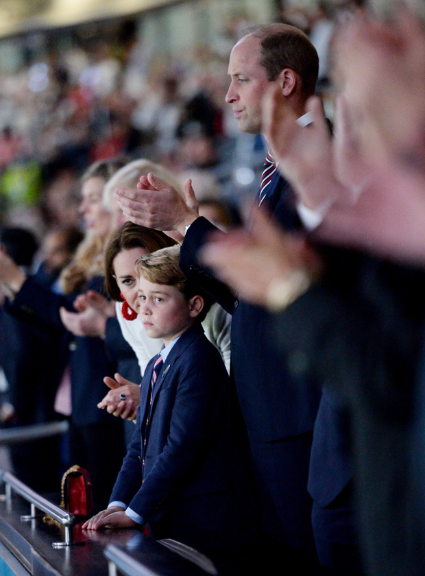 Khoảnh khắc thẫn thờ của Hoàng tử bé George khi nhìn tuyển Anh thua cuộc gây bão, William có ngay hành động nhỏ mà lịm tim với con trai - Ảnh 4.