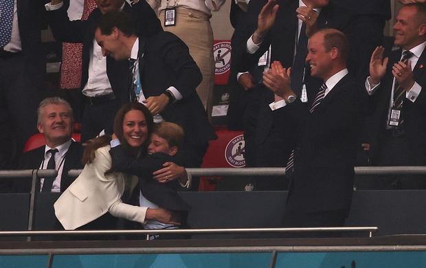 Bận nhất hôm nay là Công nương Kate Middleton: Tất tả chạy sô từ Wimbledon sang Chung kết Euro, còn kịp thay đồ nhanh quá - Ảnh 3.