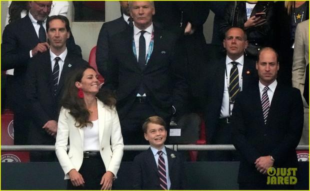 Bận nhất hôm nay là Công nương Kate Middleton: Tất tả chạy sô từ Wimbledon sang Chung kết Euro, còn kịp thay đồ nhanh quá - Ảnh 6.