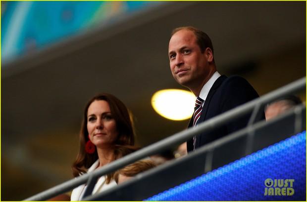 Bận nhất hôm nay là Công nương Kate Middleton: Tất tả chạy sô từ Wimbledon sang Chung kết Euro, còn kịp thay đồ nhanh quá - Ảnh 8.