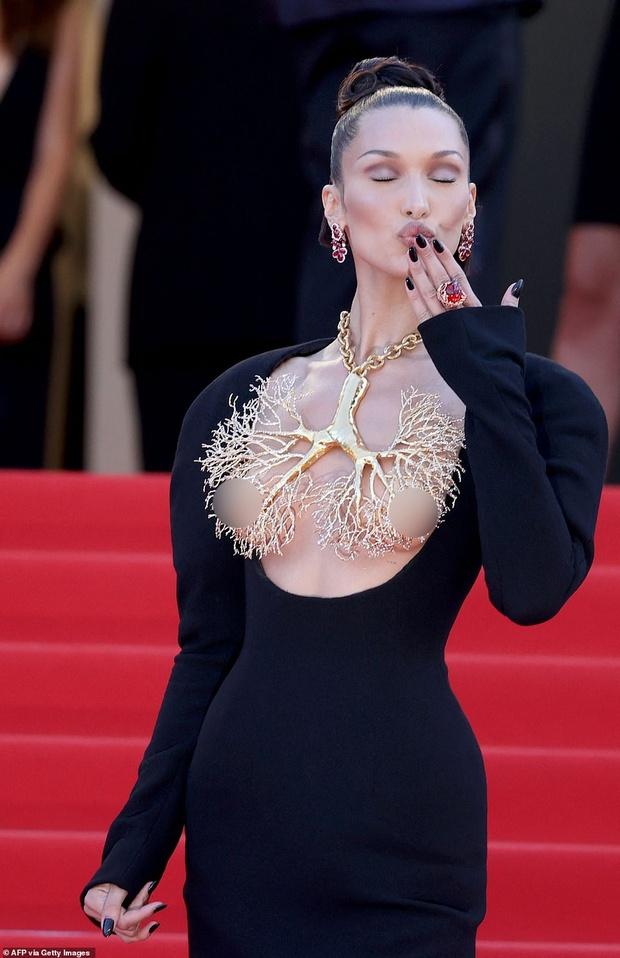 Thảm đỏ LHP Cannes ngày 6: Bella Hadid hở bạo che ngực bằng cành cây, thiên thần Victorias Secret thả rông nhưng sao mờ nhạt quá - Ảnh 6.
