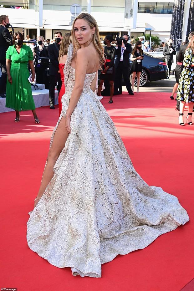 Thảm đỏ LHP Cannes ngày 6: Bella Hadid hở bạo che ngực bằng cành cây, thiên thần Victorias Secret thả rông nhưng sao mờ nhạt quá - Ảnh 10.