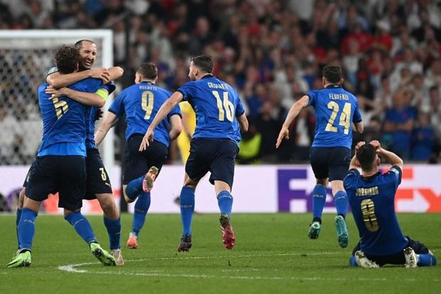 Tuyển Italy vỡ òa sung sướng khi đăng quang Euro sau 53 năm chờ đợi - Ảnh 2.