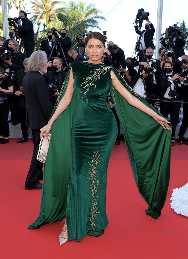 Thảm đỏ LHP Cannes ngày 6: Bella Hadid hở bạo che ngực bằng cành cây, thiên thần Victorias Secret thả rông nhưng sao mờ nhạt quá - Ảnh 13.