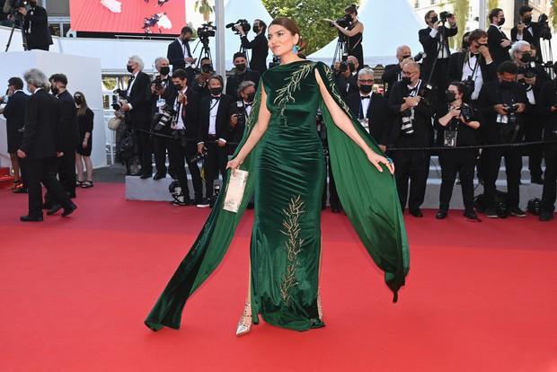 Thảm đỏ LHP Cannes ngày 6: Bella Hadid hở bạo che ngực bằng cành cây, thiên thần Victorias Secret thả rông nhưng sao mờ nhạt quá - Ảnh 14.