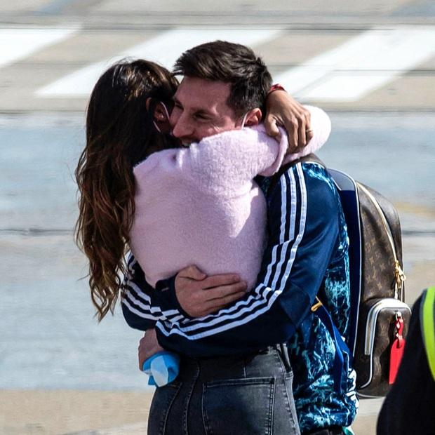 Messi hôn vợ đắm đuối trong ngày trở về quê nhà Argentina sau chức vô địch Nam Mỹ - Ảnh 1.