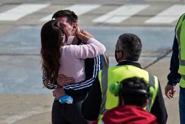 Messi hôn vợ đắm đuối trong ngày trở về quê nhà Argentina sau chức vô địch Nam Mỹ - Ảnh 2.