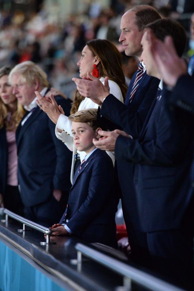 Biểu cảm đóng băng của Hoàng tử George khi Anh bại trận ở Chung kết Euro gây sốt MXH: Buồn thôi có cần đáng yêu vậy không? - Ảnh 5.