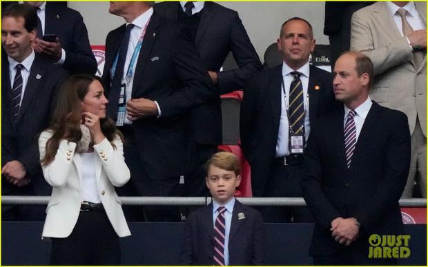 Biểu cảm đóng băng của Hoàng tử George khi Anh bại trận ở Chung kết Euro gây sốt MXH: Buồn thôi có cần đáng yêu vậy không? - Ảnh 9.