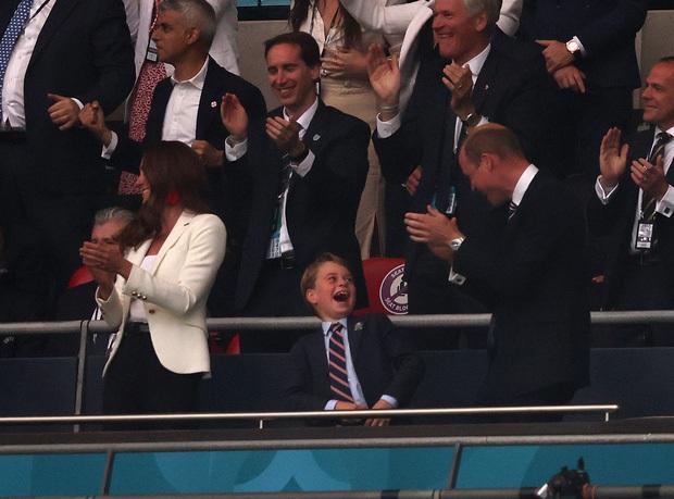 Biểu cảm đóng băng của Hoàng tử George khi Anh bại trận ở Chung kết Euro gây sốt MXH: Buồn thôi có cần đáng yêu vậy không? - Ảnh 11.