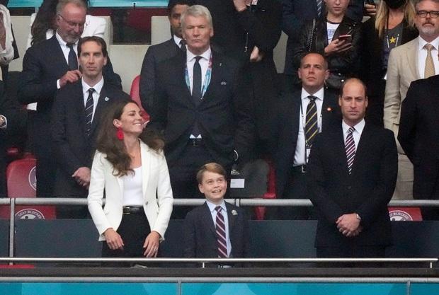 Biểu cảm đóng băng của Hoàng tử George khi Anh bại trận ở Chung kết Euro gây sốt MXH: Buồn thôi có cần đáng yêu vậy không? - Ảnh 10.