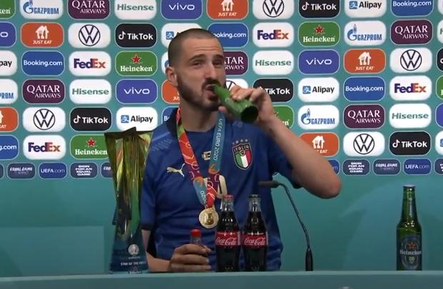Người hùng tuyển Italy uống cùng lúc cả bia và nước ngọt trong phòng họp báo - Ảnh 2.