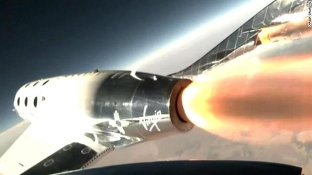 Tỷ phú Richard Branson đi vào lịch sử khi trở thành người đầu tiên bay vào vũ trụ bằng tàu của chính mình - Ảnh 1.