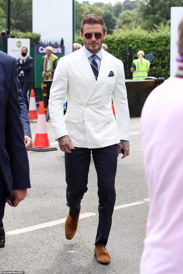 David Beckham càn quét từ Wimbledon đến Euro: Lên đồ biến sự kiện thành sàn diễn, visual đỉnh cao đè bẹp Tom Cruise - Ed Sheeran - Ảnh 4.