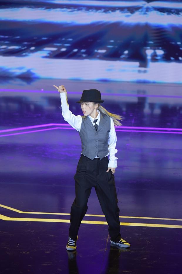 Sân khấu vũ đạo của Hậu Hoàng bị chê góc quay nghiệp dư, netizen còn đòi cắt lương nhân viên quay phim - Ảnh 8.