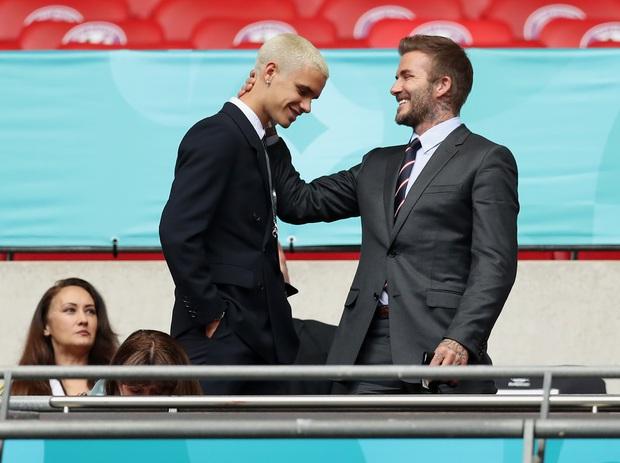 David Beckham càn quét từ Wimbledon đến Euro: Lên đồ biến sự kiện thành sàn diễn, visual đỉnh cao đè bẹp Tom Cruise - Ed Sheeran - Ảnh 17.