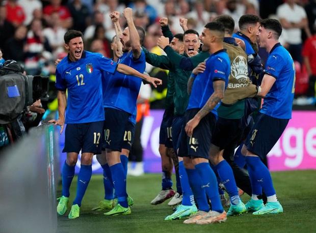 Tuyển Italy vỡ òa sung sướng khi đăng quang Euro sau 53 năm chờ đợi - Ảnh 11.