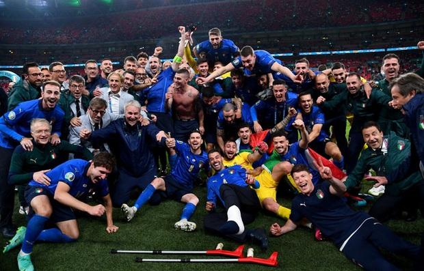 Tuyển Italy vỡ òa sung sướng khi đăng quang Euro sau 53 năm chờ đợi - Ảnh 14.