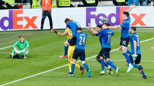Tuyển Italy vỡ òa sung sướng khi đăng quang Euro sau 53 năm chờ đợi - Ảnh 3.