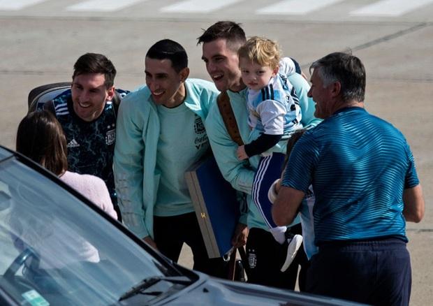 Messi hôn vợ đắm đuối trong ngày trở về quê nhà Argentina sau chức vô địch Nam Mỹ - Ảnh 3.