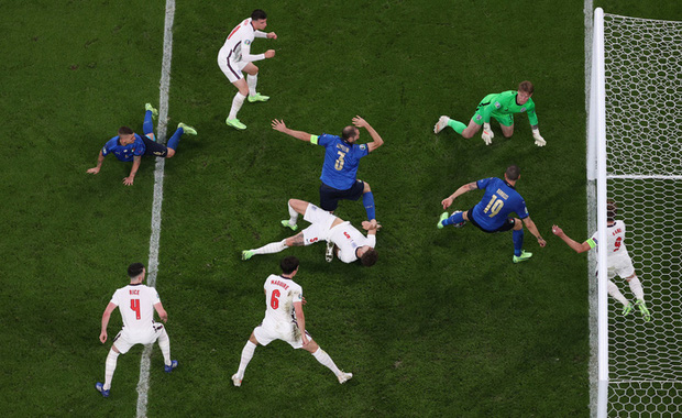 Cái tát đau điếng của người Ý dành cho sự hợm hĩnh của fan Anh - Ảnh 3.