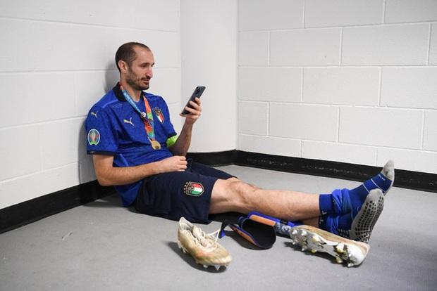 Người hùng tuyển Italy uống cùng lúc cả bia và nước ngọt trong phòng họp báo - Ảnh 3.