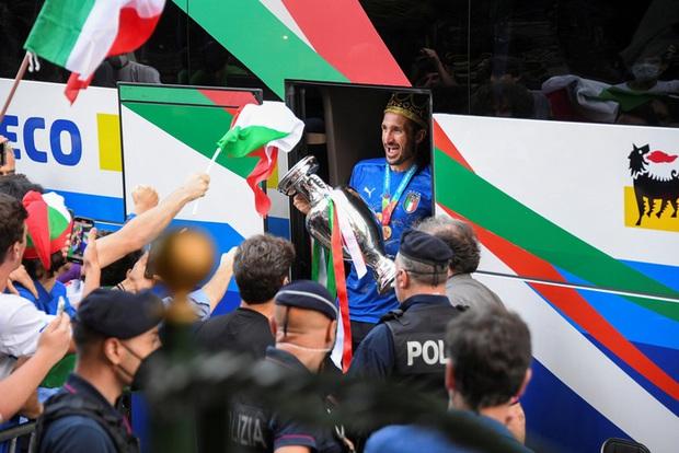 Nóng: Thủ đô Rome mở lễ hội chào đón tuyển Italy mang cúp vô địch Euro trở về - Ảnh 6.