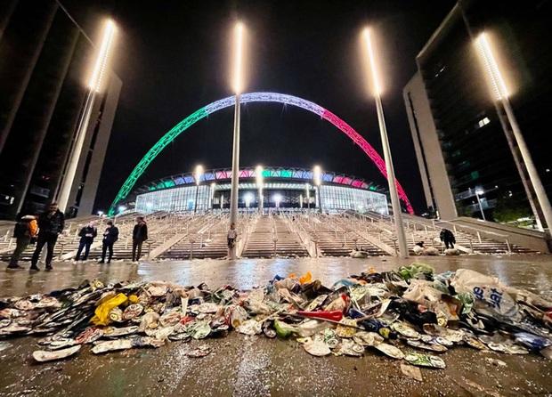 Chung kết Euro qua đi, chỉ còn lại những cái bóng áo vàng lầm lũi, vất vả, lặng lẽ dọn núi rác khổng lồ, làm sạch bộ mặt đô thị - Ảnh 3.