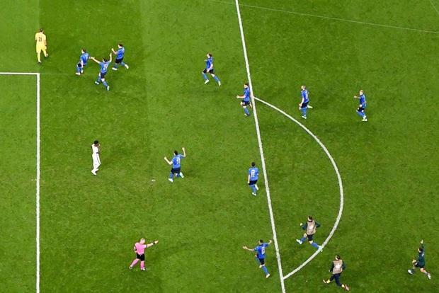 Tuyển Italy vỡ òa sung sướng khi đăng quang Euro sau 53 năm chờ đợi - Ảnh 4.