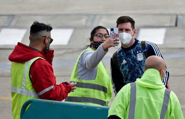 Messi hôn vợ đắm đuối trong ngày trở về quê nhà Argentina sau chức vô địch Nam Mỹ - Ảnh 4.