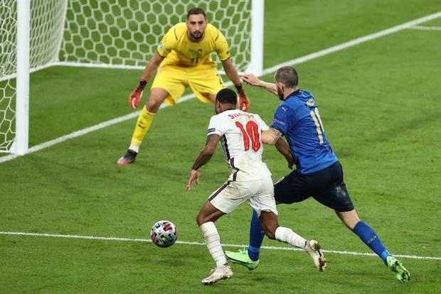 Cái tát đau điếng của người Ý dành cho sự hợm hĩnh của fan Anh - Ảnh 4.