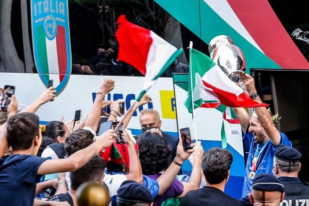 Nóng: Thủ đô Rome mở lễ hội chào đón tuyển Italy mang cúp vô địch Euro trở về - Ảnh 7.