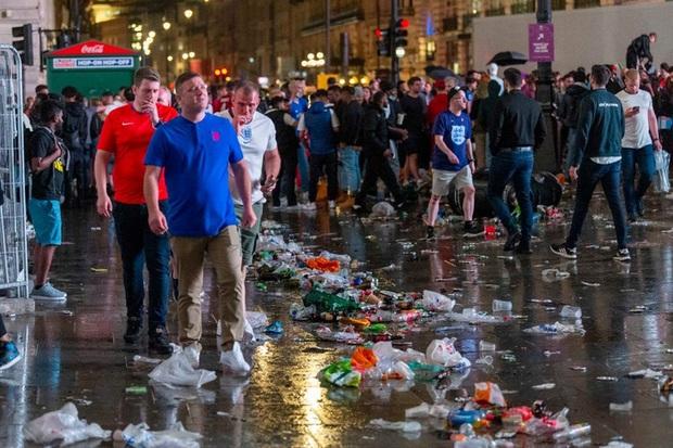 Chung kết Euro qua đi, chỉ còn lại những cái bóng áo vàng lầm lũi, vất vả, lặng lẽ dọn núi rác khổng lồ, làm sạch bộ mặt đô thị - Ảnh 4.