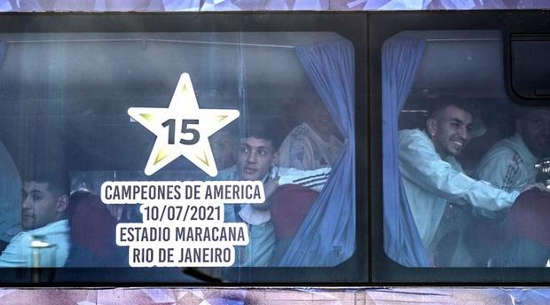 Messi hôn vợ đắm đuối trong ngày trở về quê nhà Argentina sau chức vô địch Nam Mỹ - Ảnh 5.