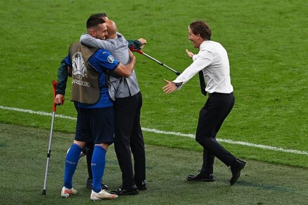 Tuyển Italy vỡ òa sung sướng khi đăng quang Euro sau 53 năm chờ đợi - Ảnh 6.