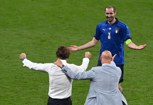 Tuyển Italy vỡ òa sung sướng khi đăng quang Euro sau 53 năm chờ đợi - Ảnh 7.