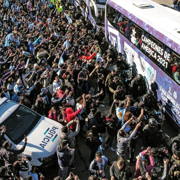 Messi hôn vợ đắm đuối trong ngày trở về quê nhà Argentina sau chức vô địch Nam Mỹ - Ảnh 7.