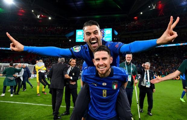 Tuyển Italy vỡ òa sung sướng khi đăng quang Euro sau 53 năm chờ đợi - Ảnh 8.