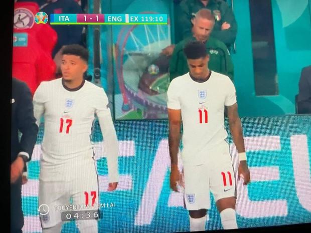 Bức ảnh phát ra tiếng khóc của người Anh: Đây chắc chắn là 2 nhân vật được nhắc đến nhiều nhất sau trận chung kết Euro 2020 - Ảnh 1.