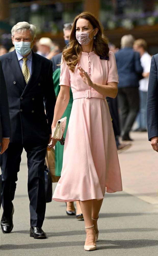 Bận nhất hôm nay là Công nương Kate Middleton: Tất tả chạy sô từ Wimbledon sang Chung kết Euro, còn kịp thay đồ nhanh quá - Ảnh 9.