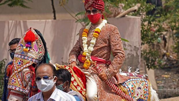 Clip: Mẹ chú rể rút dép đánh con trai tới tấp giữa đám cưới vì không vừa lòng với... cô dâu - Ảnh 2.