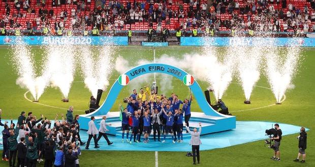 Dàn nam thần nước Ý rủ nhau cắt lưới ĐT Anh, khung thành sân Wembley sau trận Chung kết Euro 2020 chỉ còn cái nịt - Ảnh 1.