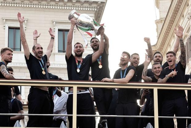 Hàng vạn người xuống đường xem Italy cầm cúp diễu hành mừng chức vô địch Euro 2020: Cầu thủ đốt pháo sáng - Ảnh 21.