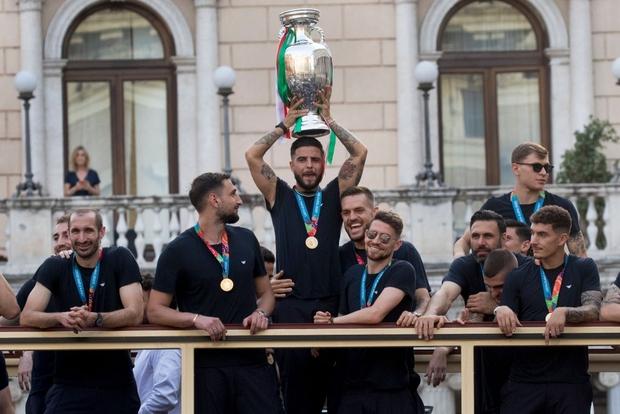 Hàng vạn người xuống đường xem Italy cầm cúp diễu hành mừng chức vô địch Euro 2020: Cầu thủ đốt pháo sáng - Ảnh 22.