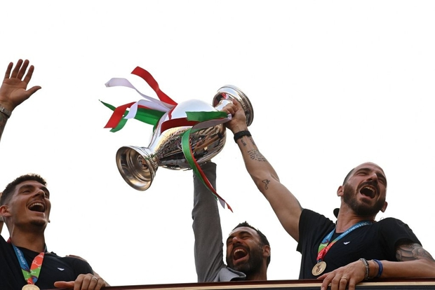 Hàng vạn người xuống đường xem Italy cầm cúp diễu hành mừng chức vô địch Euro 2020: Cầu thủ đốt pháo sáng - Ảnh 23.