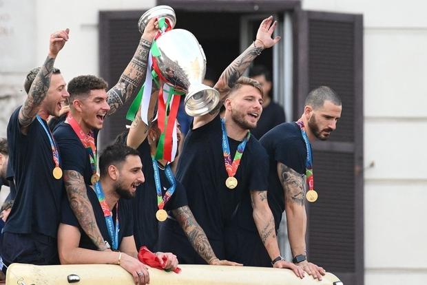 Hàng vạn người xuống đường xem Italy cầm cúp diễu hành mừng chức vô địch Euro 2020: Cầu thủ đốt pháo sáng - Ảnh 24.
