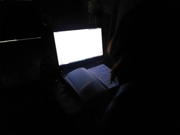 2 giờ sáng vẫn thấy em gái chong đèn, anh trai zoom kỹ phát hiện sự thật gây shock, vội nhờ dân mạng cứu giúp - Ảnh 1.